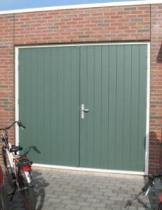 Houten garagedeur geplaatst door Klussenpunt.